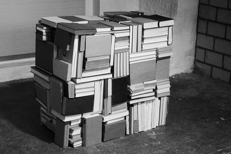 Bücherkubus und Aktion roter Pfeil